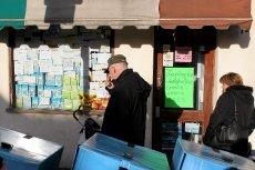 Partia Pracy dołącza do Partii Konserwatywnej w zapowiedziach zaostrzenia warunków socjalnych imigrantów w Wielkiej Brytanii. Na zdjęciu mężczyzna czyta ogłoszenia na szybie polskiego sklepu w Londynie