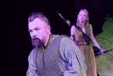 """""""Hobbit"""" na deskach Teatru Dramatycznego w Białymstoku.  Thorin – Piotr Szekowski i Elf – Monika Zaborska."""