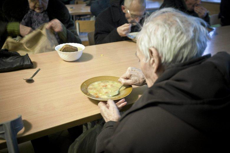 Wielu bezdomnych nie chodzi do jadłodajni, bo dostają jedzenie od napotkanych ludzi