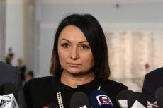 """Monika Wielichowska na Twitterze pochwaliła się, że na sejmowych choinkach zawiesiła bombki z hasłem """"Konstytucja""""."""