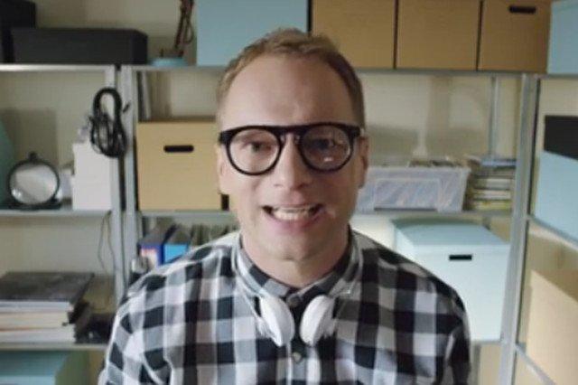 Maciej Stuhr w roli recenzenta z YouTube'a.