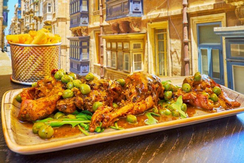 Królik, czyli fenek bit-tewm u bl-inbid to narodowa potrawa Maltańczyków. Tradycyjnie podaje się go z dodatkiem czerwonego wina