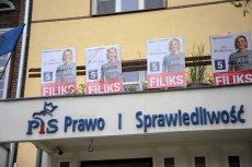Kandydatka Koalicji Obywatelskiej do Sejmu, Magdalena Filiks, zawiesiła swoje plakaty na tarasie nad siedzibą PiS w Szczecinie.