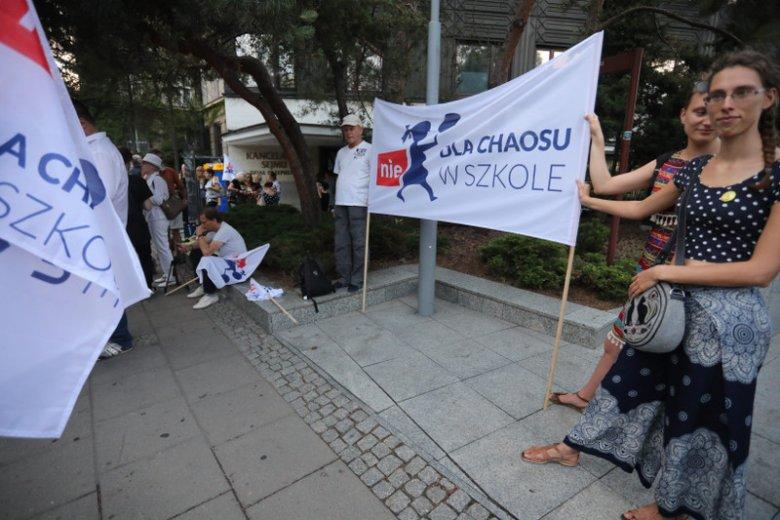 Rodzice i nauczyciele protestują przed Sejmem przeciwko reformie edukacji.
