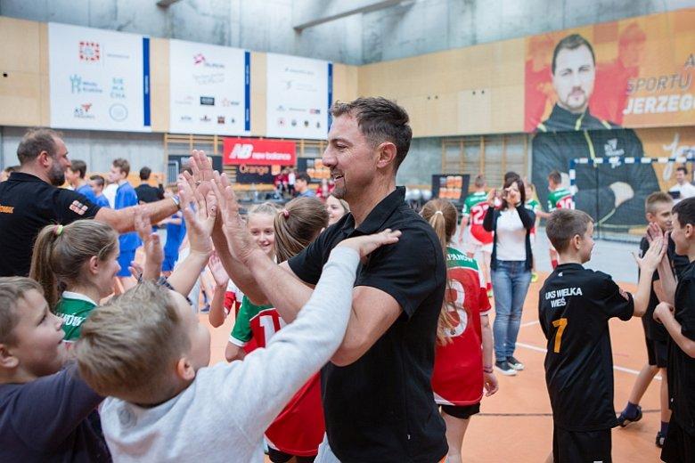 Dzięki wizytom znanych sportowców lokalne kluby sportowe zyskują rozgłos i mogą liczyć na większe wsparcie ze strony różnych organizacji