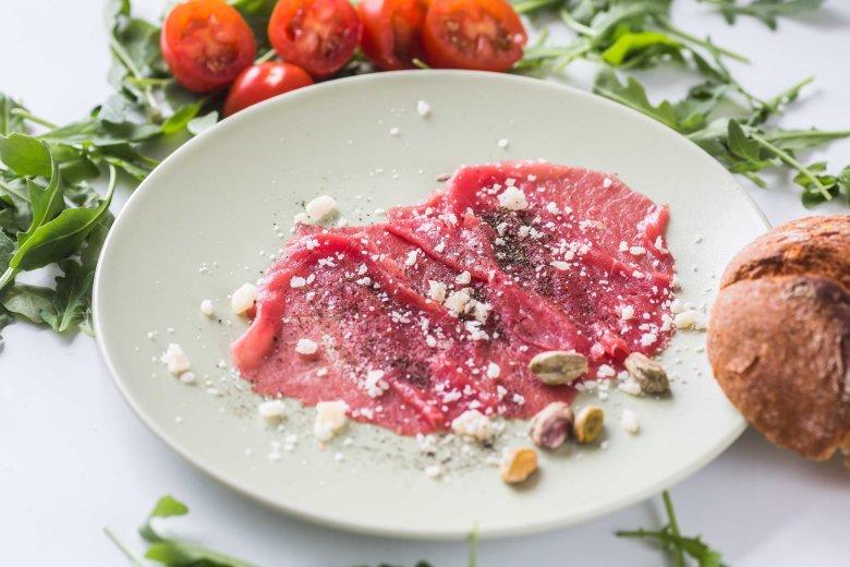 Carpaccio to włoska przystawka z cienkich plastrów świeżej wołowiny, tradycyjnie podawana z oliwą z oliwek, sokiem z cytryny i pieprzem. Co ciekawe danie zostało nazwane na cześć włoskiego malarza o tym nazwisku i zaserwowane po raz pierwszy w 1950.