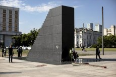 Pracownik ratusza dostał pracę w Orlenie za pomoc przy lokacji pomnika smoleńskiego.