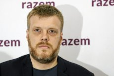 """Adrian Zandberg skrytykował PiS za kult """"Burego"""". Przypomniał, że żołnierz mordował dzieci wyznania prawosławnego."""
