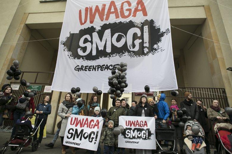 2 marca pod Ministerstwem Środowiska rodzice apelowali do ministra Szyszki o wprowadzenie bardziej restrykcyjnych poziomów informowania oraz alarmowania o smogu.