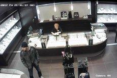 Sceny jak z filmu rozegrały sięw jednej z galerii handlowych w Warszawie. Złodziej wszedł i wyszedł ze sklepu jubilerskiego przez szyb wentylacyjny.