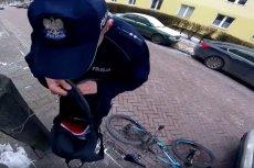 Policjanci w pierwszej kolejności dokonali szczegółowej rewizji zatrzymanego rowerzysty. Zatrzymanego za to, że jechał na rowerze w mrozie.