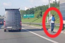 Dwóch mężczyzn postanowiło przejechać się hulajnogą elektryczną na drodze ekspresowej.