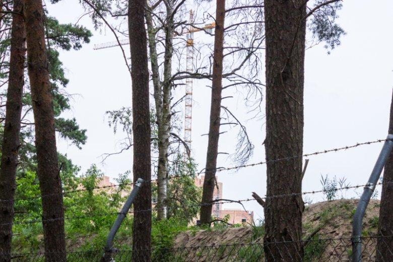 Budowa w Stobnicy ogrodzona jest drutem kolczastym i wałem ziemnym – widać niewiele.