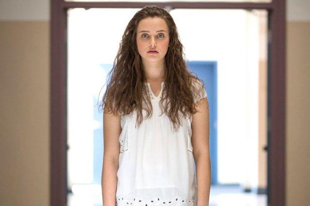 Hannah Baker - nastolatka, która popełnia samobójstwo zostawia 7 kaset, na których wyjaśnia kto ją do niego doprowadził.