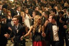 Studniówki, przyjęcia czy bale pokazują, że mamy problemy z elegancją i wyczuciem stylu.