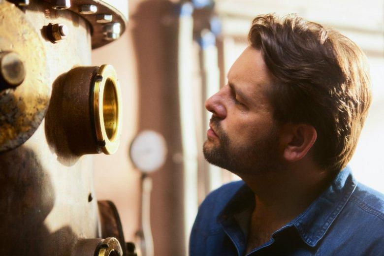 Łukasz Karmowski w swojej gorzelni w Radziczu produkuje destylat na wódkę rzemieślniczą