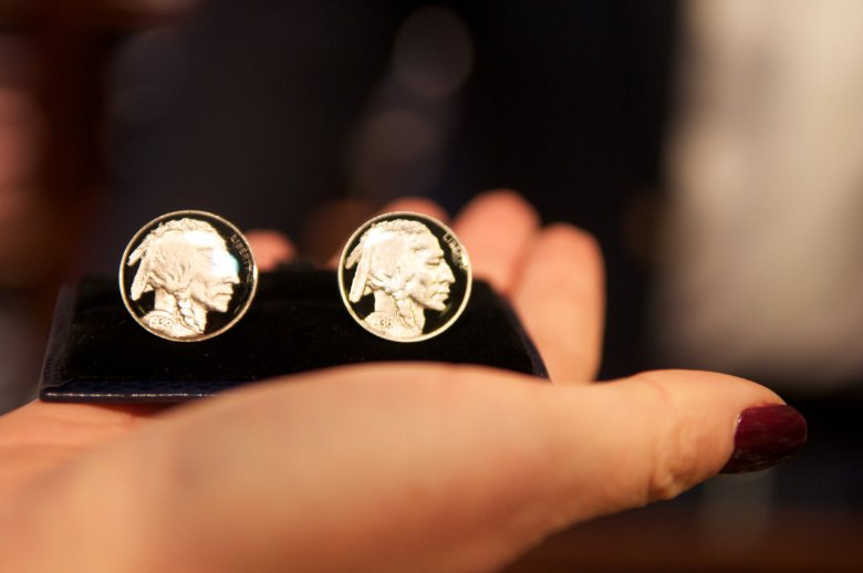 Spinki Brooks Brothers wykonane z autentycznych monet przedstawiających głowę Indianina. Cena: 1012 zł