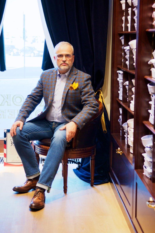 cd.   Ręcznie szyte spodnie włoskiej marki Jacob Cohen wykonane z japońskiego denimu Karubo. Cena: 2200zł. Skórzane buty marki Brooks Brothers. Cena: 1875zł.