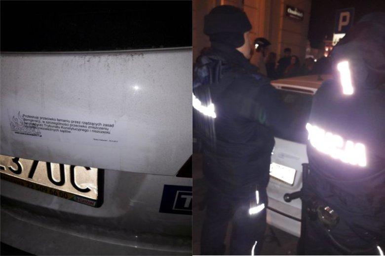 """Na aucie TVP pojawiła się antyrządowa naklejka. Musiała """"interweniować"""" policja."""