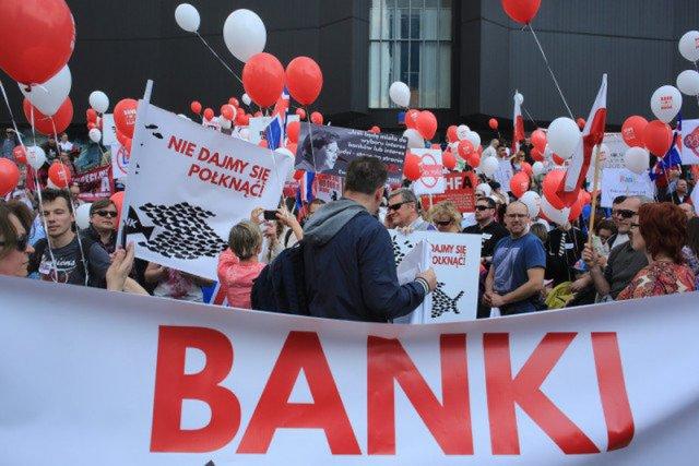 Już zaczęli wygrywać sprawy sądowe z bankami, gdy okazało się, że tysiącom Frankowiczów grozi przedawnienie słusznych przecież roszczeń wobec banków.