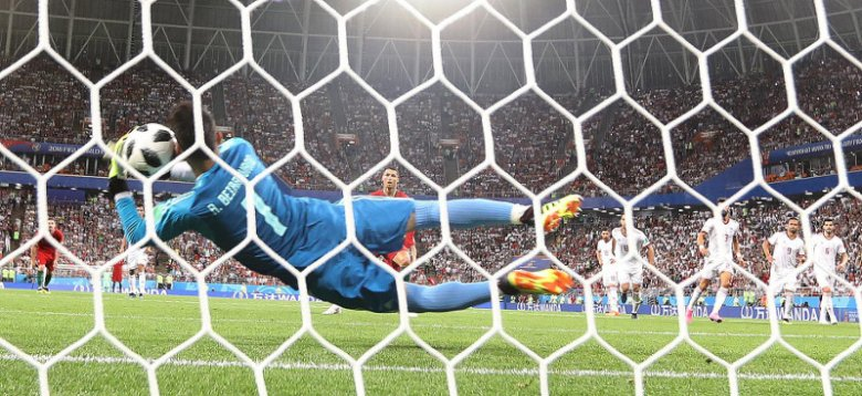 Alireza Beiranvand broni jedenastkę Cristiano Ronaldo.