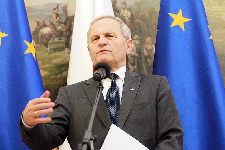 Gen. Stanisławowi Koziejowi wystarczył jeden tweet, by odpowiedzieć na pytania, na które prezydentowi Andrzejowi Dudzie opieszale udzielał odpowiedzi szef MON Antoni Macierewicz.