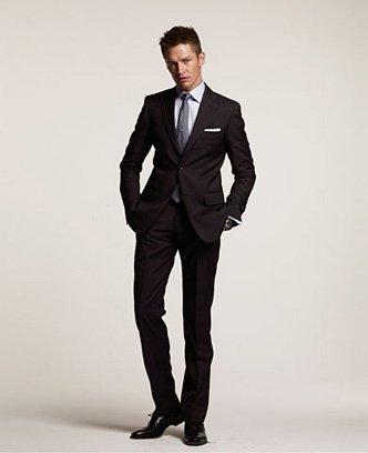 Dopasowane powinny być też spodnie - wąskie nogawki w udach, z wysokim podkrojem, nie za długie.