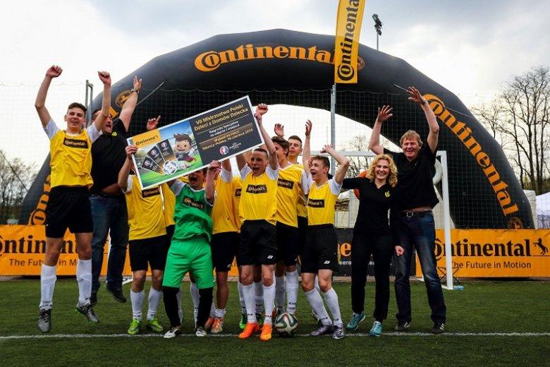 Młodzi piłkarze z teamu Horyzont Kołaczkowo - zwycięzcy VIII Mistrzostw Polski Dzieci z Domów Dziecka w Piłce Nożnej