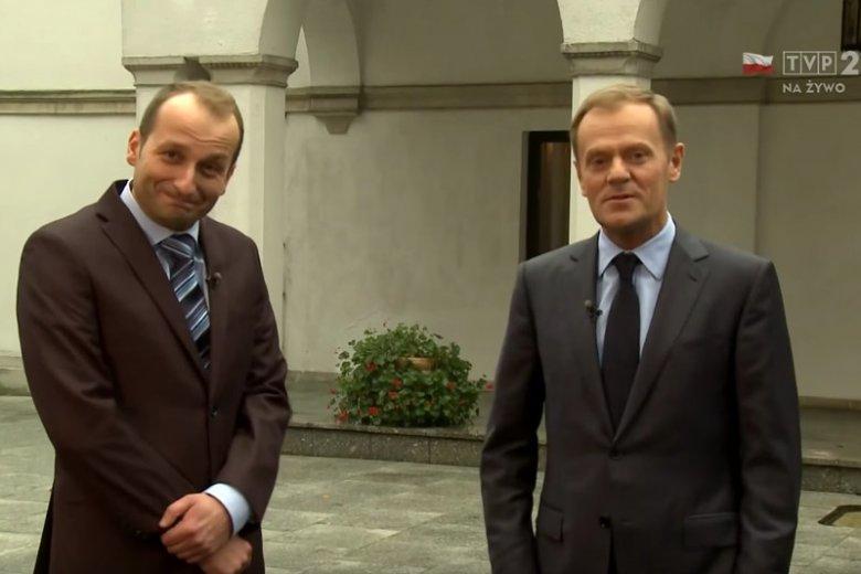 """Prawdziwy Donald Tusk spotkał się z kabaretowym niby-premierem w ostatnim odcinku """"Posiedzeń rządu"""" w TVP."""