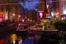De Wallen – największa i najbardziej znana dzielnica czerwonych latarni Amsterdamu.