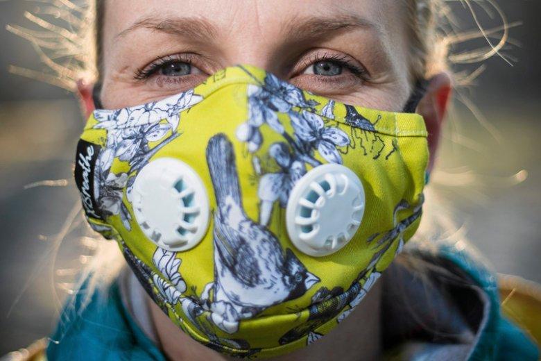 Wioletta Adamek, designerka i sprzedawczyni masek antysmogowych w jednym z polecanych przez siebie wzorów.