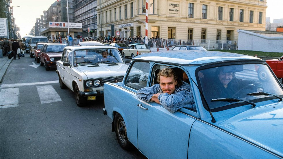 Berlin, 1989. W tle słynny amerykański checkpoint Charlie