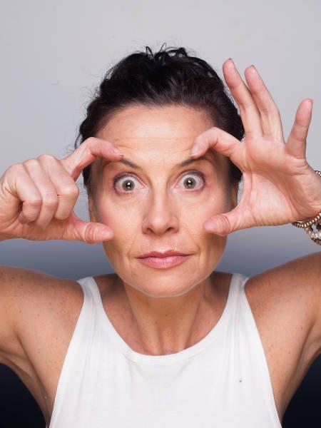 Jedno z proponowanych przez Kasię Bem ćwiczeń jogi dla twarzy