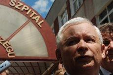 Jarosław Kaczyński od 8 maja przebywa w szpitalu z powodu chorego kolana. Lekarze twierdzą, że zwykle pacjentów wypisuje się dużo szybciej.
