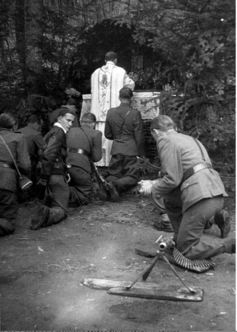 Ksiądz Gurgacz odprawiający mszę świętą dla konspiratorów.