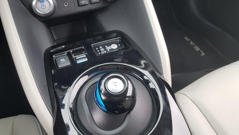 Przełącznik do zmiany trybu jazdy, nad nim przełącznik do włączania e-pedału. Wszystko to wygląda bardzo futurystycznie.