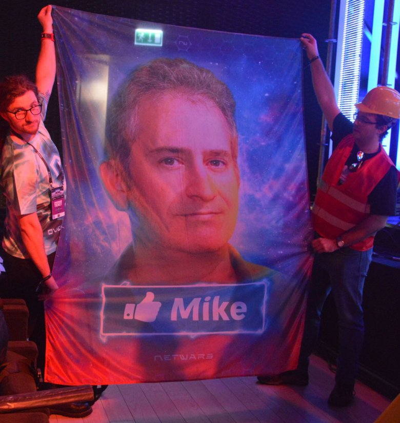 """Na fladze jest Mike Morhaime - jeden z założycieli Blizzarda i współtwórca """"StarCrafta""""."""