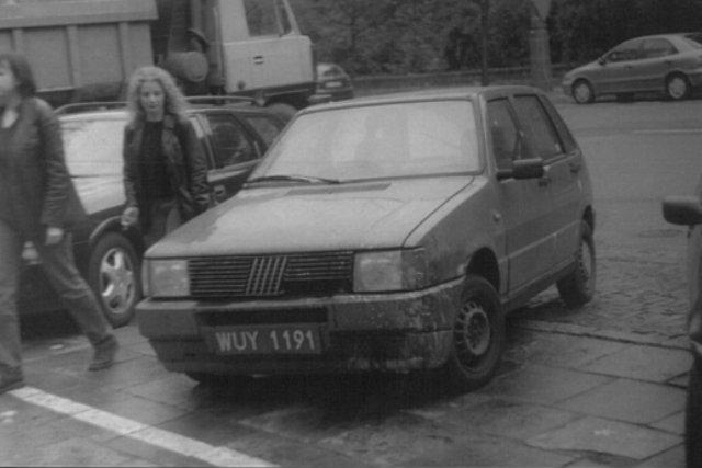 Fiat UNO zaparkowany gdzieś w okolicach Senatorskiej.