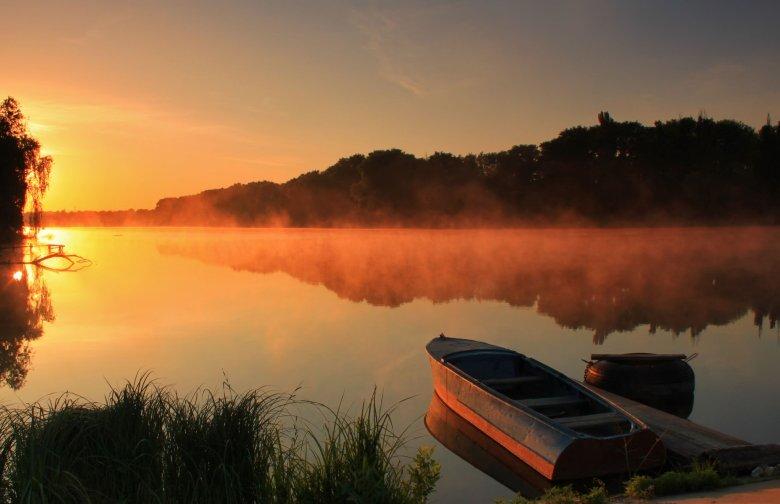 Takie zachody słońca nad jeziorami są niezapomniane.