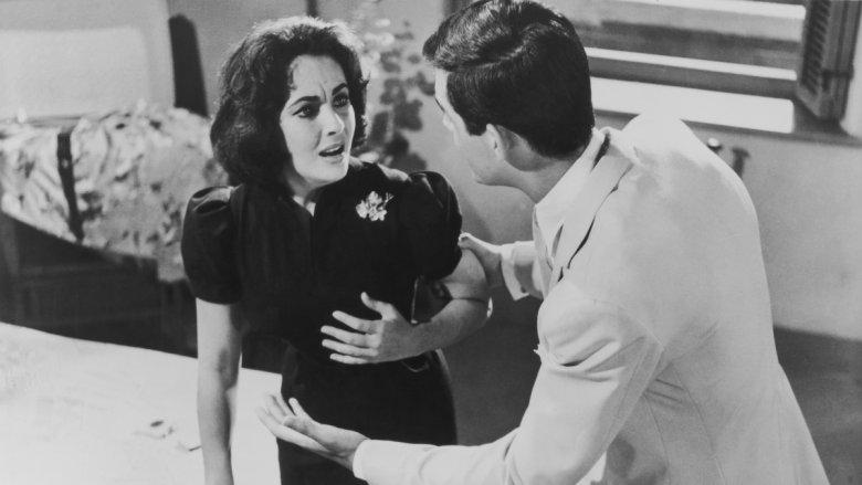 """W filmie """"Nagle, ostatniego lata"""" (1955) Zamożna kobieta ( Hepburn) oferuje wsparcie finansowe lekarzowi specjalizującemu się w zabiegu lobotomii pod warunkiem, że dokona on operacji na jej zdrowej siostrzenicy (Taylor)."""