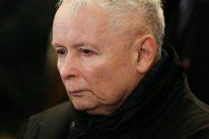 Jarosław Kaczyński ma takie problemy z kolanem, że musi chodzić o kulach.