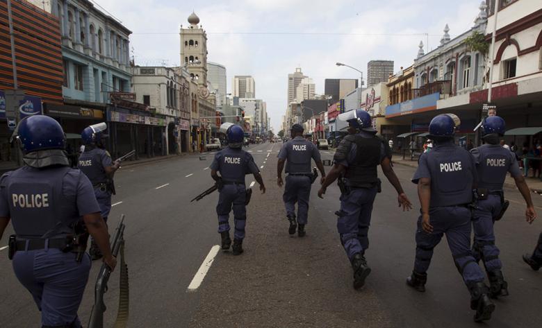 Polica patroluje ulice Durbanu w obawie przed kolejnymi zamieszkami na tle nacjonalstycznym.