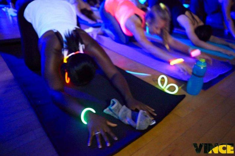 Uczestnicy sesji jogi często zakładają świecące, fluorescencyjne gadżety