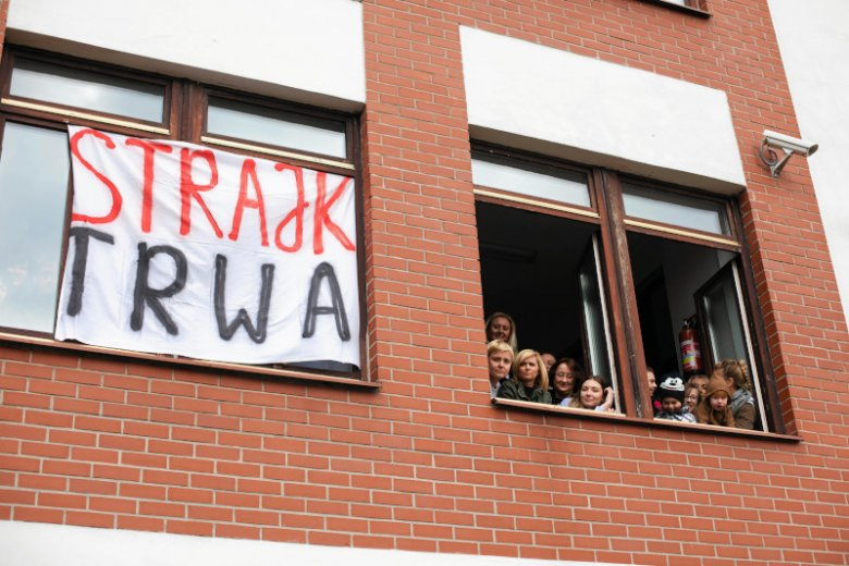 Nauczyciele w całej Polsce rozpoczęli drugi tydzień strajku. Ile wśród nich jest nauczycielskich małżeństw? Ilu samotnych?
