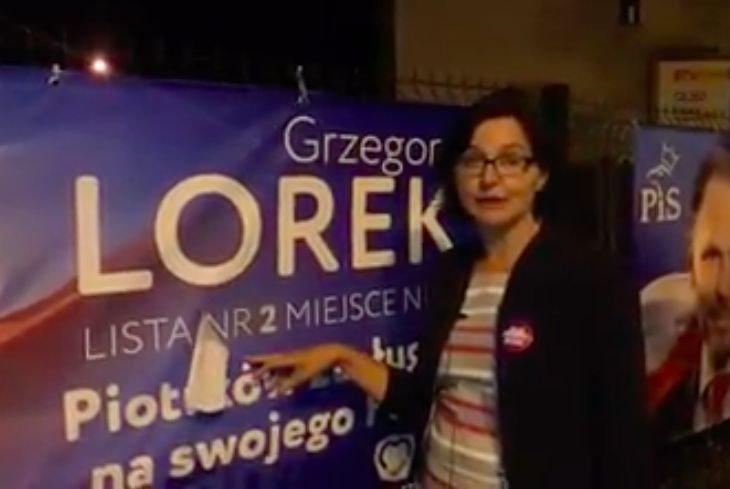 Anita Sowińska, jedynka Lewicy do Sejmu, pokazuje nalepkę na banerze posła PiS. Nalepka zakrywa numer listy, który był wylosowany dopiero wczoraj.
