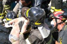 Wydobycie spod gruzów jednego z chłopców po trzęsieniu ziemi na włoskiej wyspie Ischia.