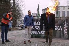 Bartosz Sokołowski - po lewej stronie palonej kukły, kandyduje z listy PiS.