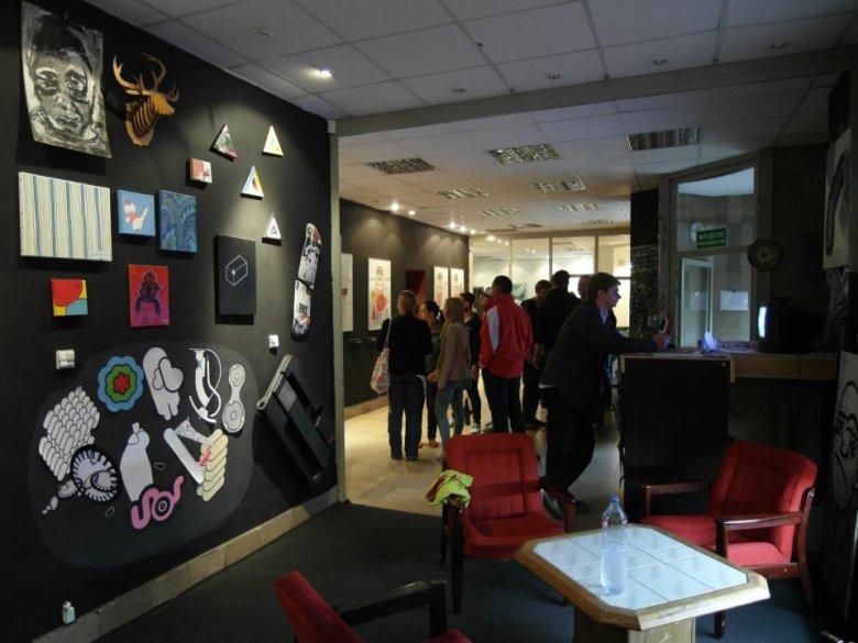 W autorskim domu kultury V9 odbywają się wystawy, warsztaty, dyskusje.