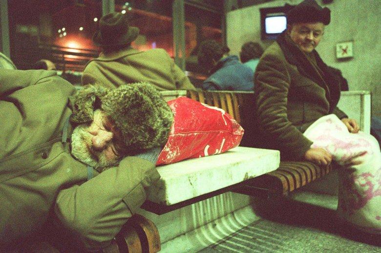 Bezdomni na Dworcu Centralnym w Warszawie - 1993 rok.