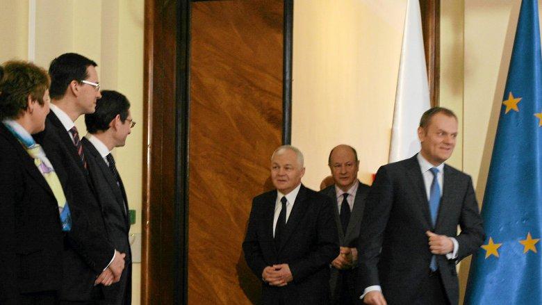 W rozmowie z naTemat Adam Jasser (na zdjęciu tuż obok Mateusza Morawieckiego) ujawnia, jak wyglądała współpraca świeżo upieczonego premiera rządu PiS z Donaldem Tuskiem.